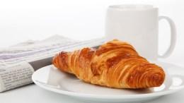 croissant y periódico