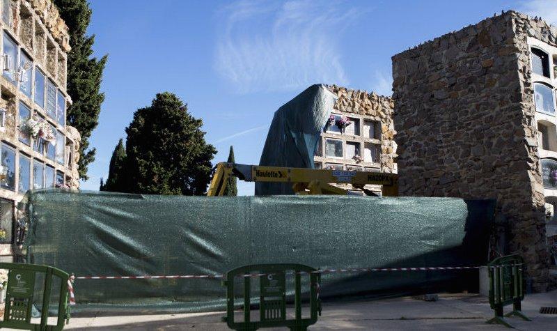GRA025. BARCELONA, 17/09/2017.- Vista del bloque de 140 nichos del cementerio de Montjuïc de Barcelona que se derrumbó ayer parcialmente por causas que todavía se desconocen provocando que algunos de los restos óseos hayan quedado al descubierto y se hayan mezclado. EFE/Quique García