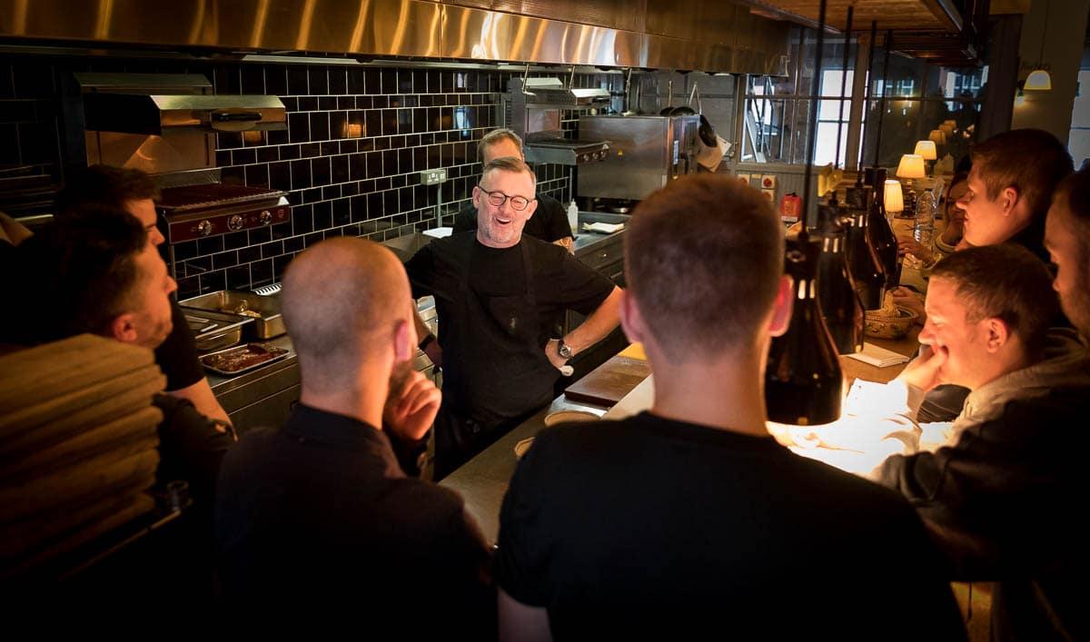 Simon Shaw announces the Bib Gourmand award to the kitchen team at El Gato Negro