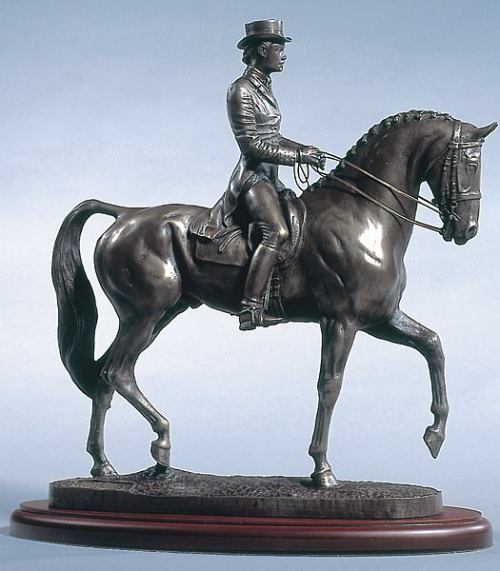 cheval de dressage bronze