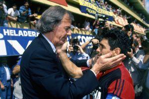 CON MARADONA, a quien dirigió en la Selección Juvenil y en la Mayor; acá, como rivales en un Boca-Newell`s de 1993