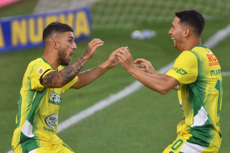 Hachen y Martínez se abrazan tras el tercer gol. Un pleno de Pablo De Muner, que los hizo ingresar un minuto antes.