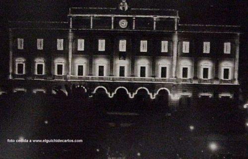 Iluminación del Ayuntamiento por feria del Carmen. Feria en el Parque