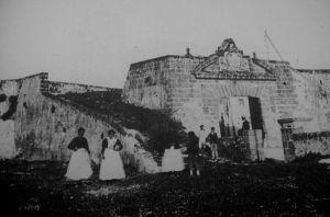 Puerta de entrada a la Isla por el Puente de Zuazo, dónde tenían que haber bajado de la diligencia los toreros.Fotografía Quijano.