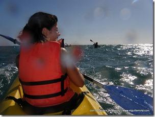 era más divertido enfrentarse a las olas y dar saltos... aunque Ana lo notó en el ... pompis...