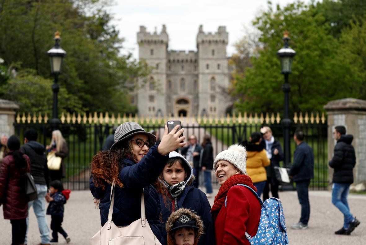Visitantes se toman una foto con el Palacio de Windsor al fondo luego de conocerse el nacimiento del bebé real.