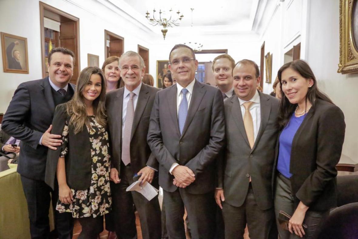 De izquierda a derecha: Marcelo Mejía, Vanessa Varón, Sandra Ovalle, Eduardo Verano, Efraín Cepeda, Rachid Náder, Carlos Camargo y Pamela Lozano.