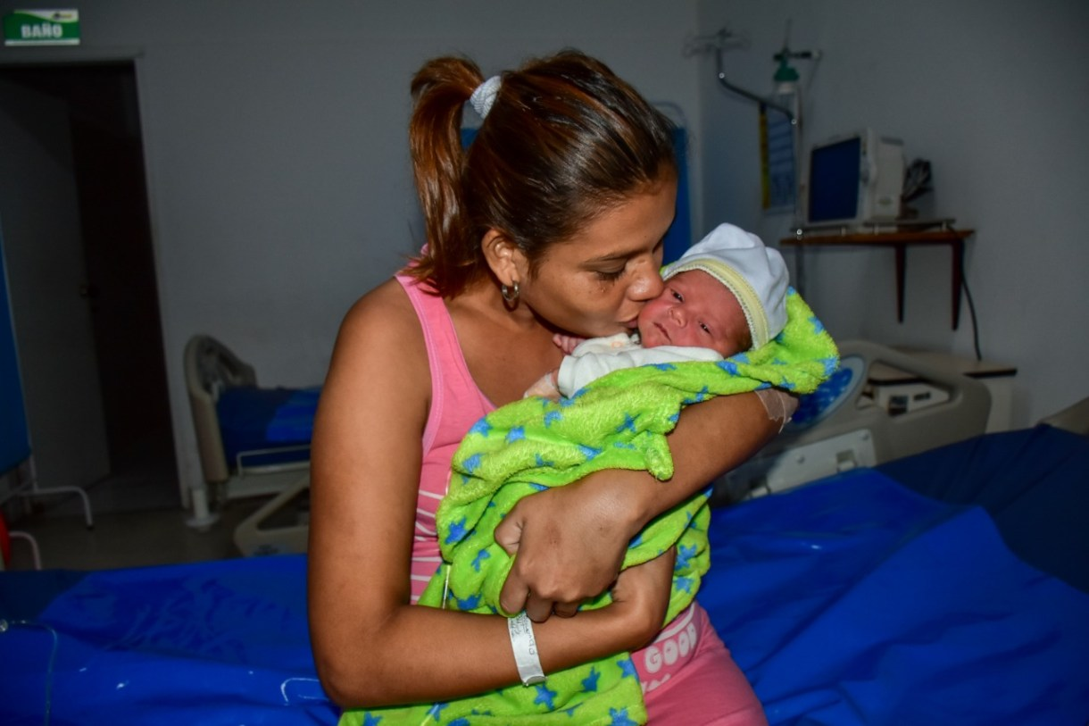Maryori Oquendo Calderón carga a su bebé en el Hospital Niño Jesús.
