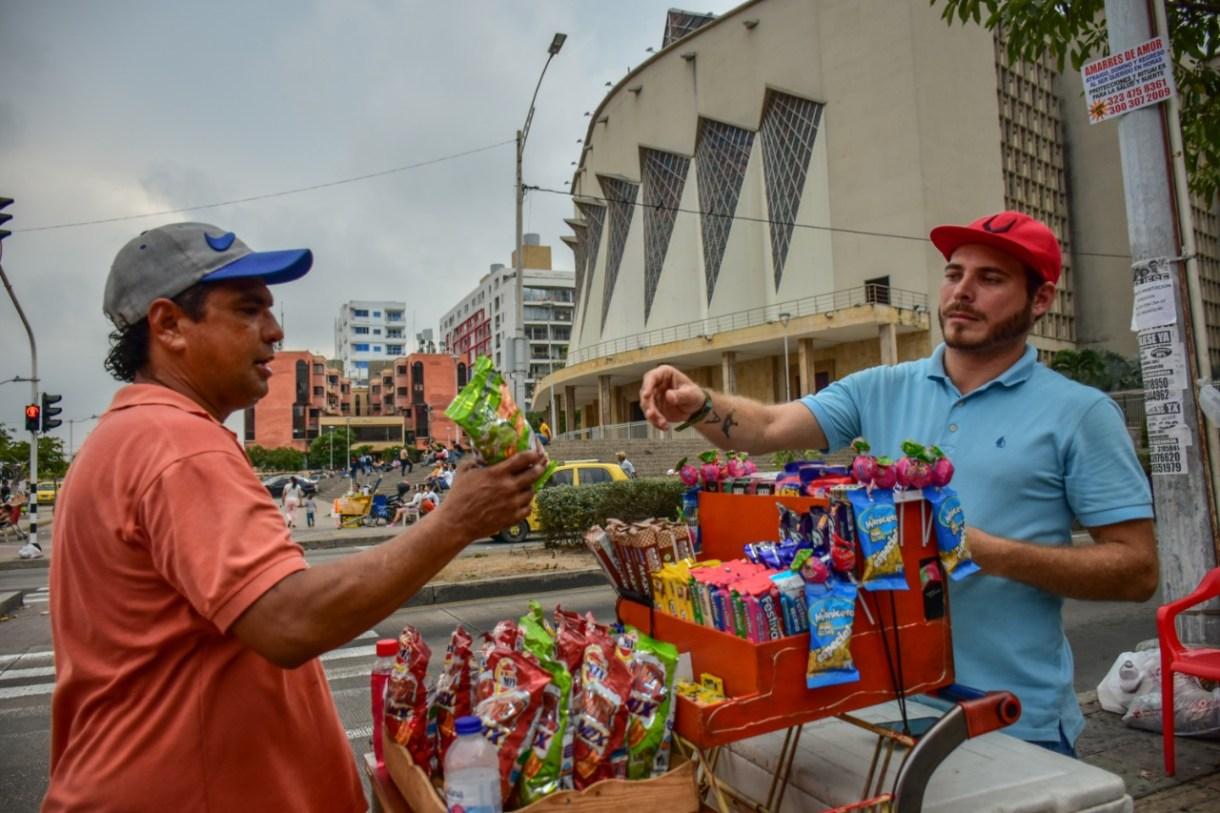 Adán  Piña en su puesto de venta de dulces en la Plaza de la Paz.