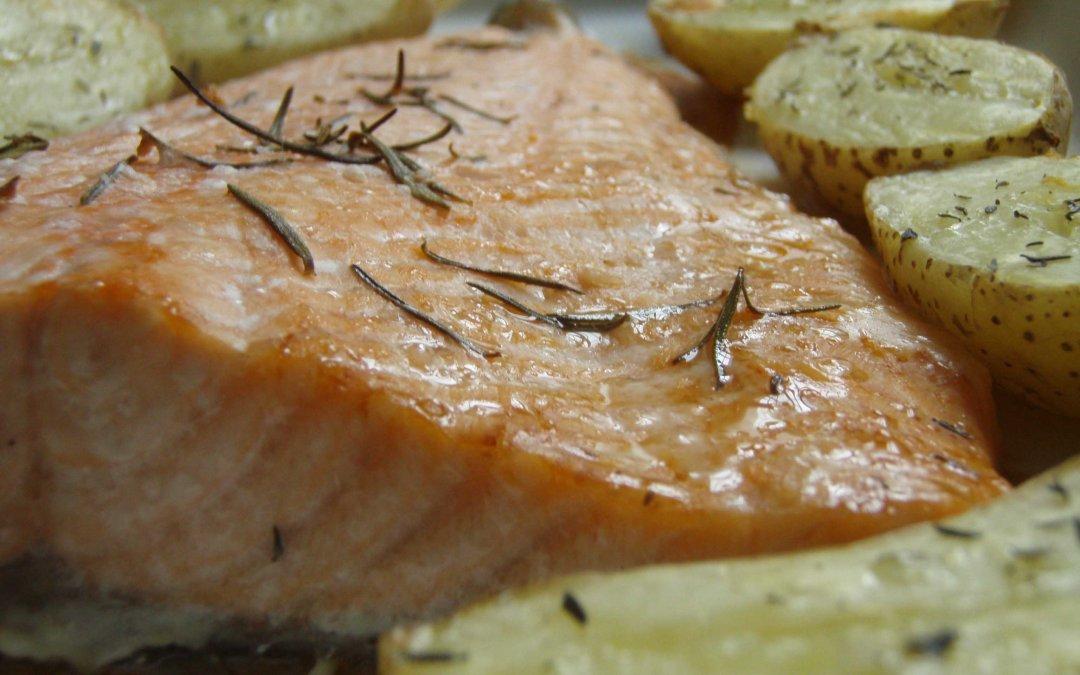 Lomo de salmón con patatas al horno.