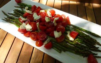 Ensalada templada de espárragos verdes, tomates cherry y queso azul