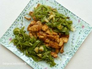 Pollo con sésamo y judías verdes con ajetes de temporada
