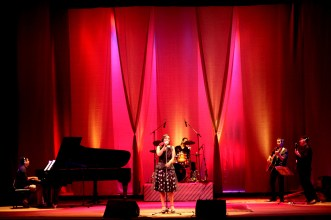 Eliana Printes no palco do Teatro Amazonas