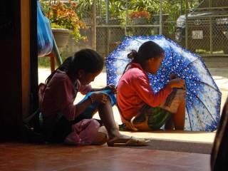 Vietnam-bambine-ricamo