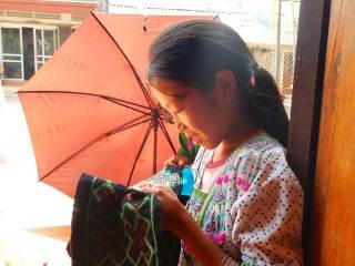 Bambina vietnamita che ricama. Tà Van, Vietnam