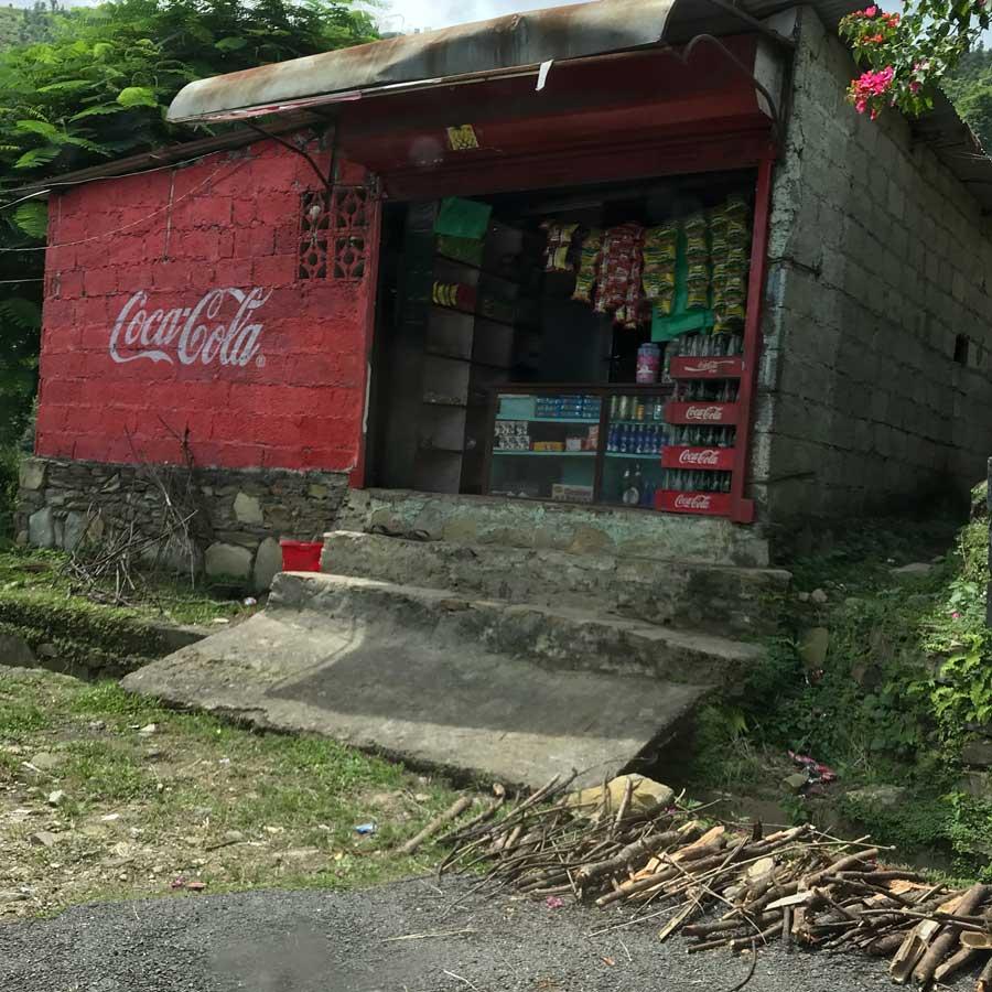 Pubblicità dipinta sul muro di un negozio • 10 curiosità sul Nepal