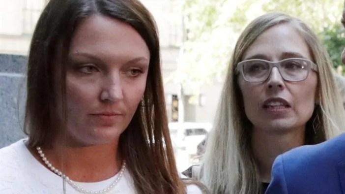 Presuntas víctimas sexuales del millonario, Courtney Wild y Annie Farmer, se van después de una audiencia en el Tribunal Federal de los EU en Nueva York.(EFE)