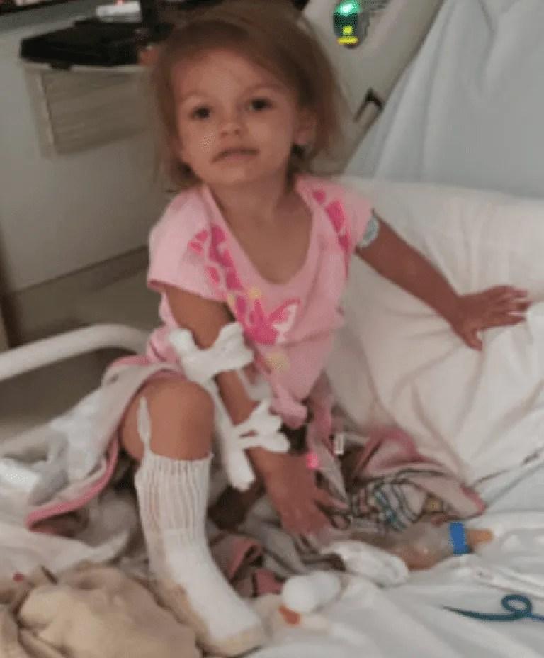 Kaylee en el hospital, recuperándose de sus heridas.