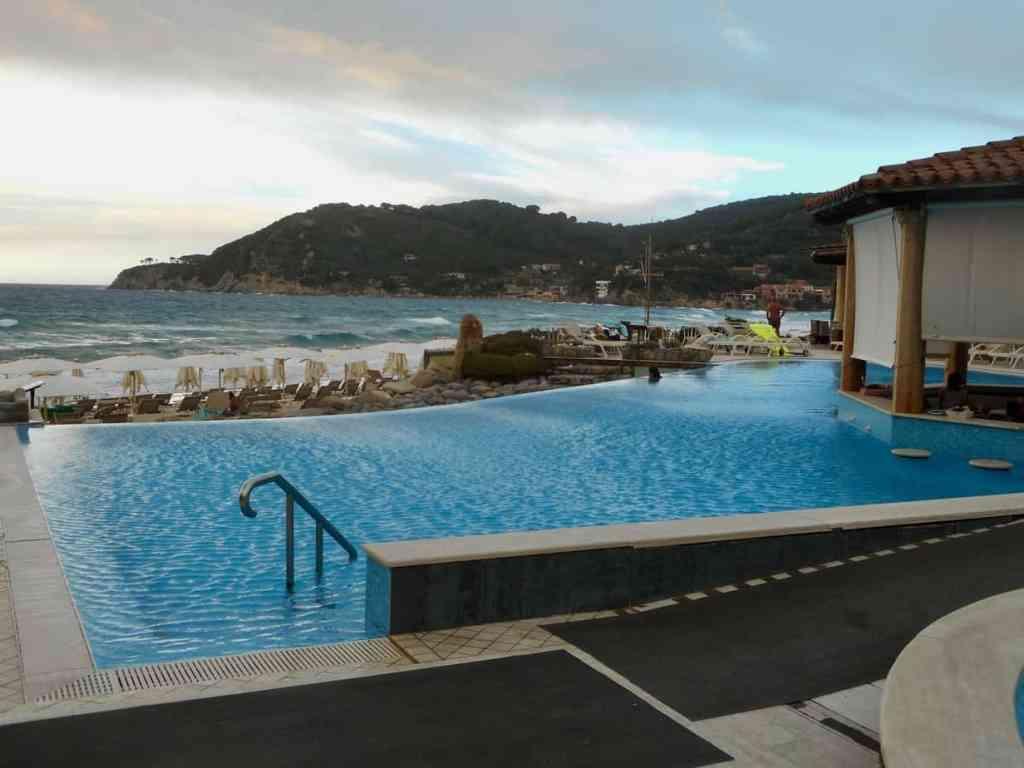 Hotel Hermitage swim up infinity pool bar
