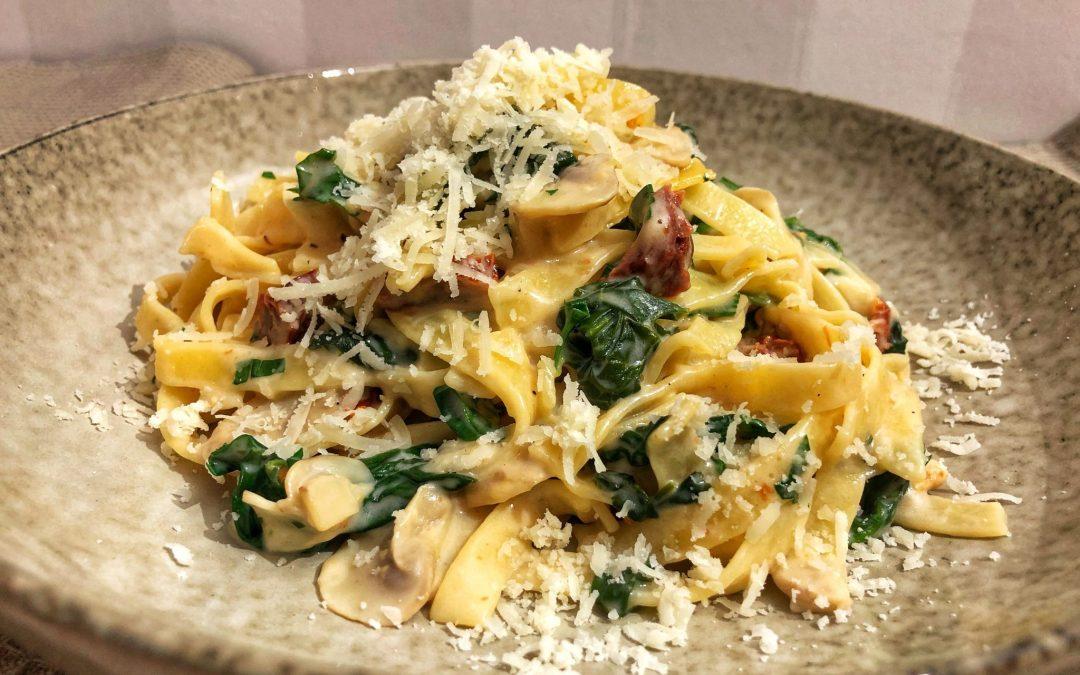 Krämig pasta med champinjoner, soltorkade tomater och spenat
