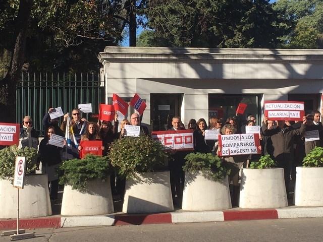 Concentraciones de empleados laborales de la embajada española en Montevideo (Uruguay).