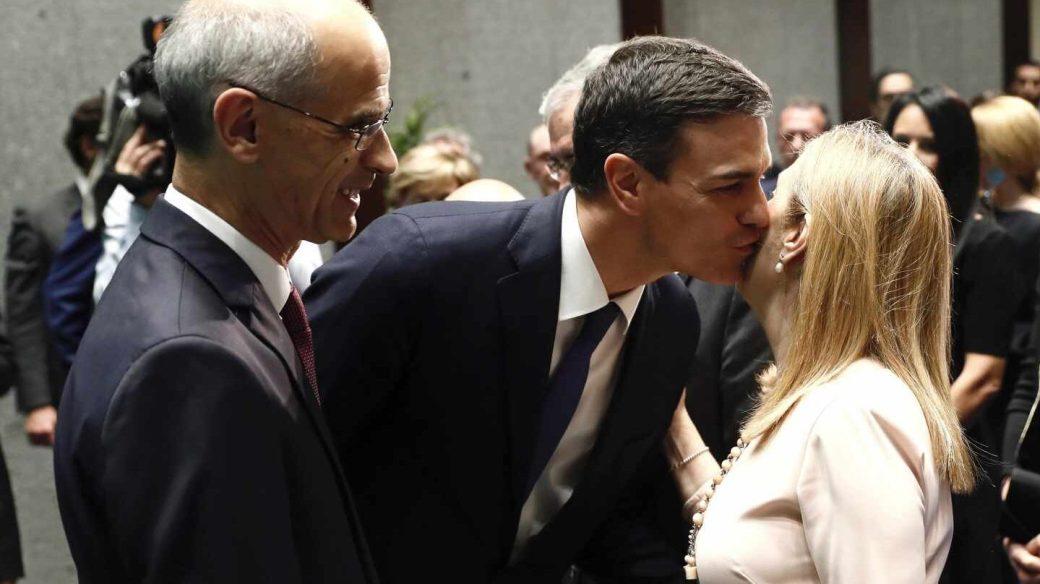 El presidente del Gobierno, Pedro Sánchez, saluda a la presidenta del Congreso, Ana Pastor, en presencia del jefe de Gobierno de Andorra, Antoni Martí.
