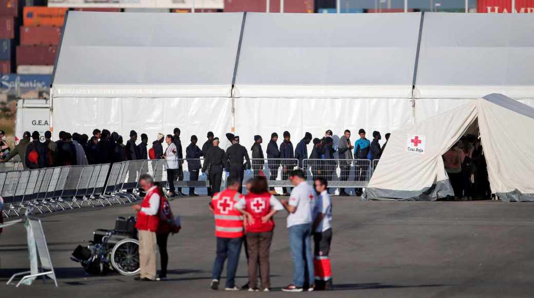 Los migrantes esperan a ser examinados por médicos.