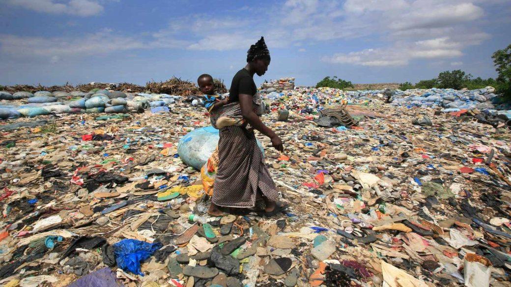 Una mujer rebusca botellas de plástico en el basurero de Akouedo, en Abiyán (Costa del Marfil) el 29 de mayo de 2018.