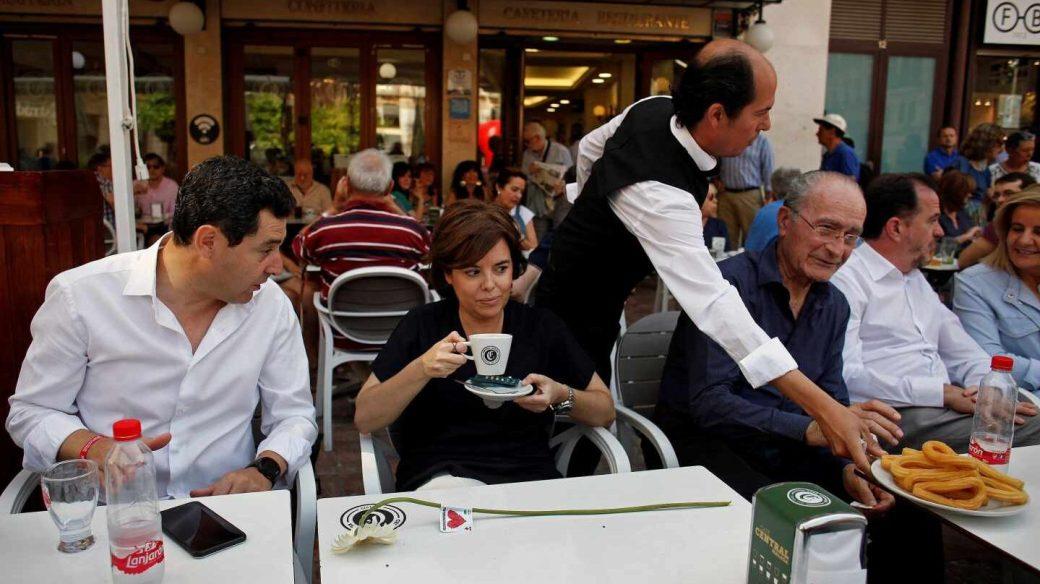 El líder del PP andalúz, Juanma Moreno, junto a Soraya Sáenz de Santamaría en Málaga.