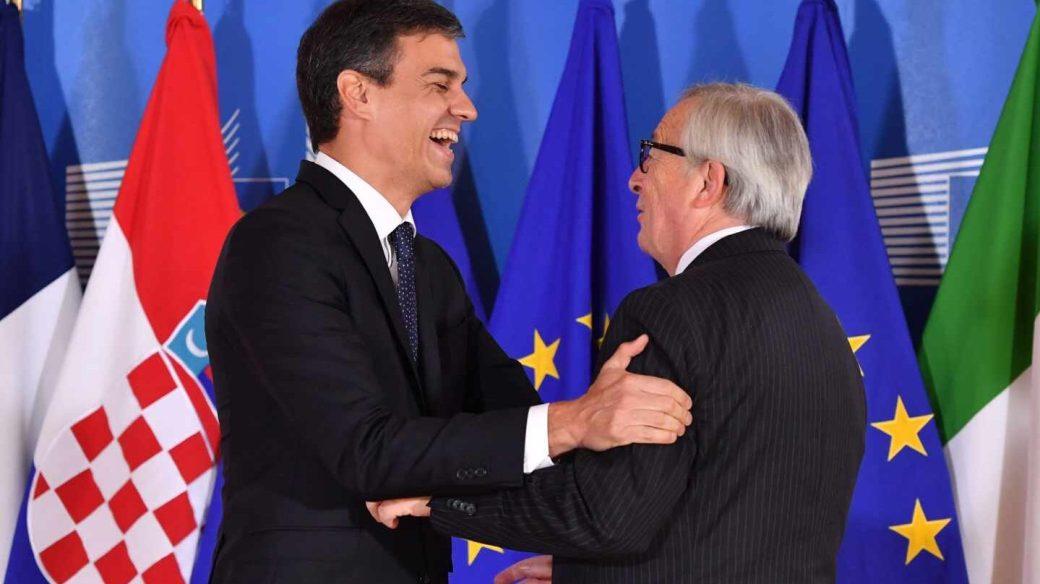 Pedro Sánchez y Jean Claude Juncker, durante la cumbre europea sobre migración celebrada el 24 de junio.