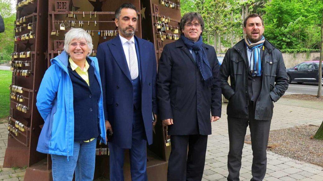 El expresidente de la Generalitat Carles Puigdemont, acompañado de los exconsejeros Toni Comín (d) y Clara Ponsatí.