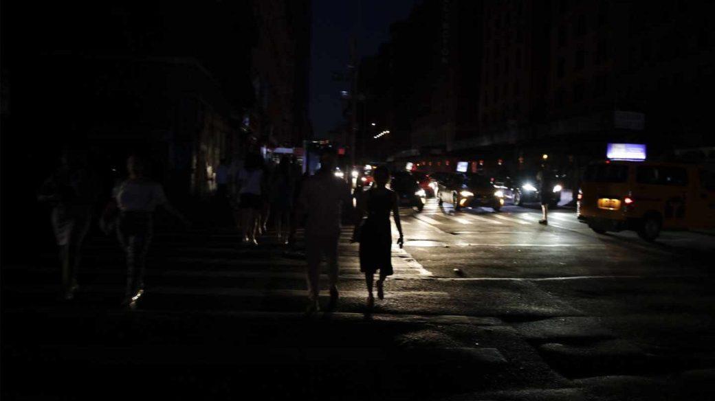Gente paseando por las calles del centro de Manhattan durante el apagón