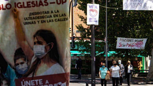 Varios carteles de Unidas Podemos en las inmediaciones de la Plaza de la Constitución