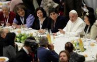 Papa Francisco abre el Vaticano y comparte la mesa con mil 500 pobres