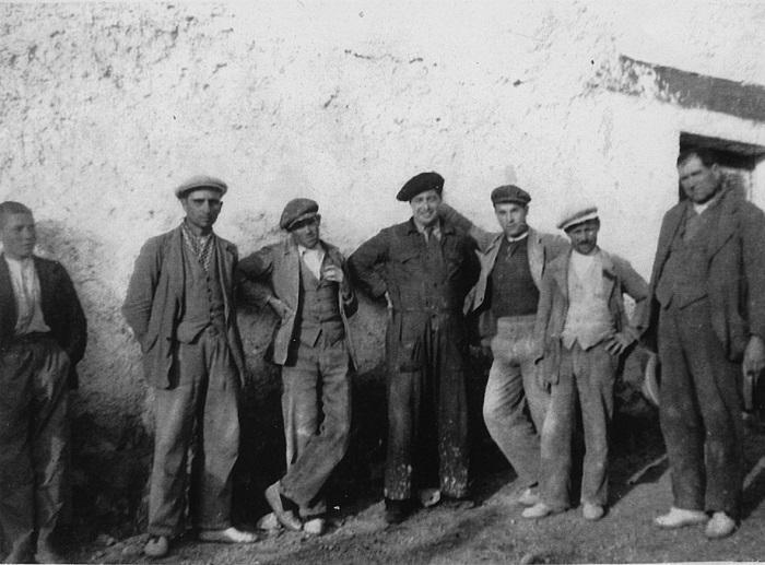 El candidato Ruiz Alonso (centro, vestido con mono y boina), haciendo campaña electoral entre albañiles de Alfacar (7 de febrero) en las elecciones generales de 1936./HEMEROTECA IDEAL