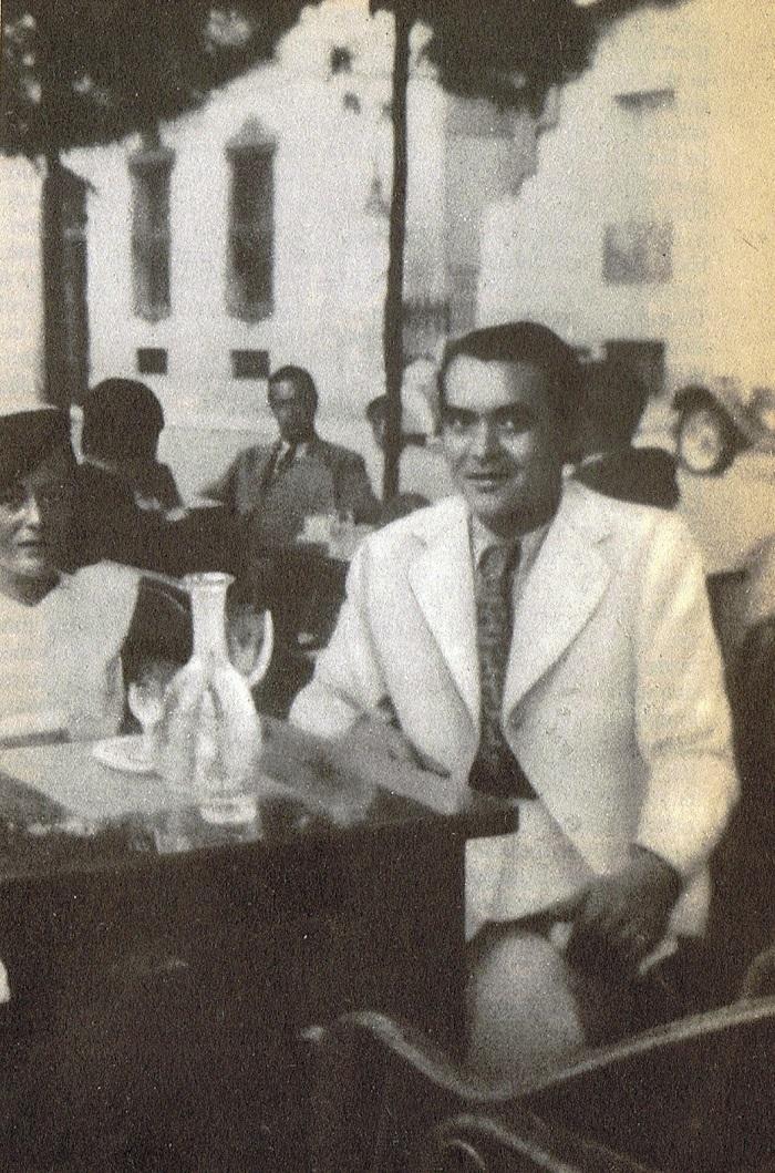 Última foto conocida de Federico García Lorca, en el Paseo de Recoletos de Madrid, primeros días de julio de 1936. Está acompañado por Manuela Arniches.