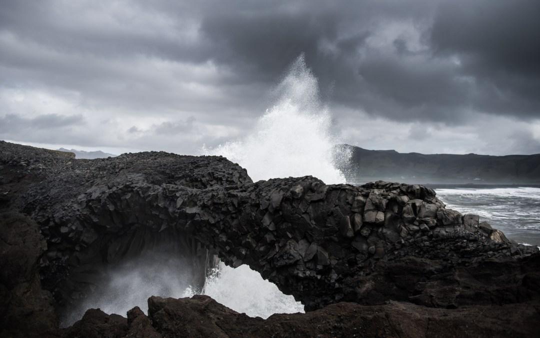 På Islands svarta sandstränder och parfotografering