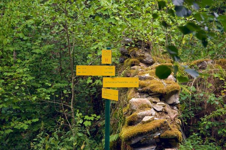 #LILYONTHEROAD-vlog-2-randonnée-commune-de-la-table-savoie-panneaux-jaunes-sentiers-elise and co