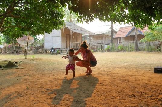 ... et sa petite-fille qui apprend à marcher à 9 mois !