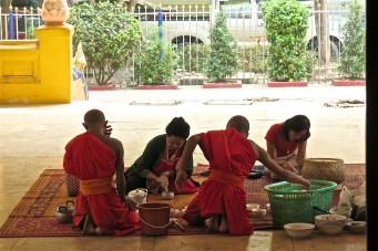 Wat Mixay, préparation du dernier repas du jour (avant 12h)