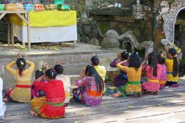Prières dans un templion du Pura Tirtagangga