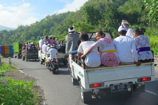 En chemin vers les temples pour célébrer Kuningan