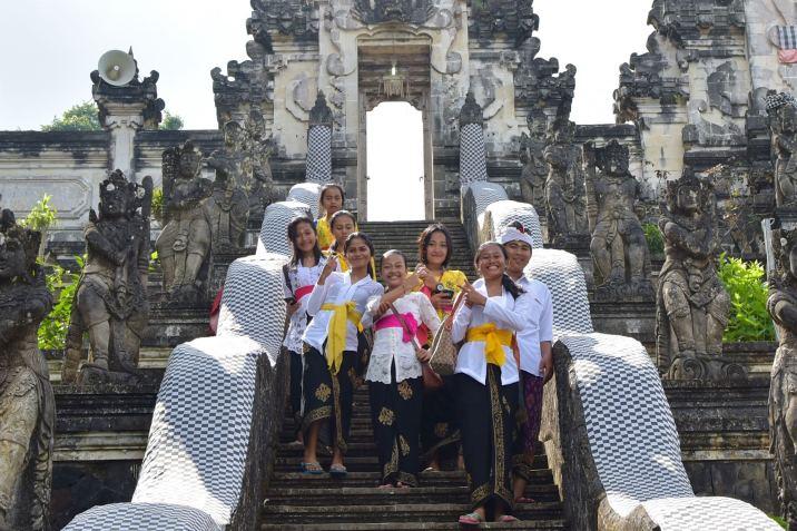 Des Balinais en tenue traditionnelle pour célébrer Kuningan