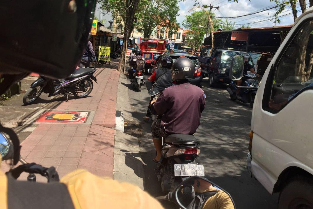 Scooter trottoir tanahlot-kuta-bali-indonesie-blog-voyage-2016-2