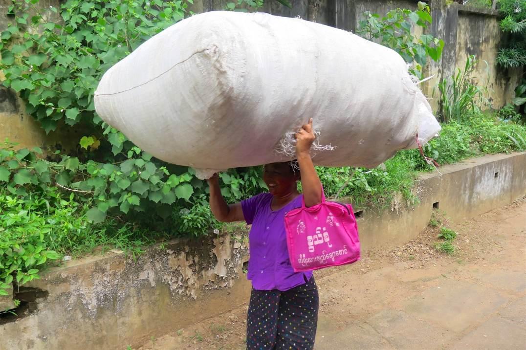 Femme train circulaire Yangon-Myanmar-Birmanie-blog-voyage-2016 21