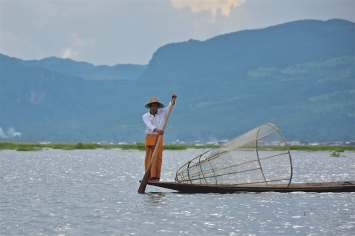 Pêcheur avec une nasse traditionnelle