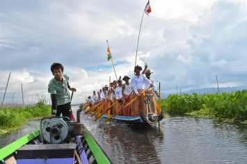 Bateau procession Lac-Inle-Myanmar-blog-voyage-2016 78