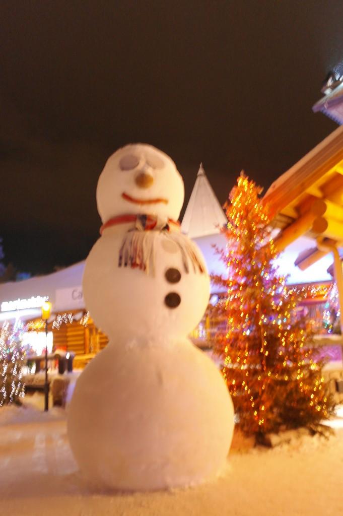 Muñeco de nieve gigante en Laponia