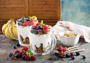 yogurt parfait, peach parfait, peach and yogurt parfait, berry parfait, berry yogurt parfait, banana yogurt parfait, yogurt parfait, brunch, brunch yogurt parfait, breakfast yogurt parfait, elizabeth sutton collection