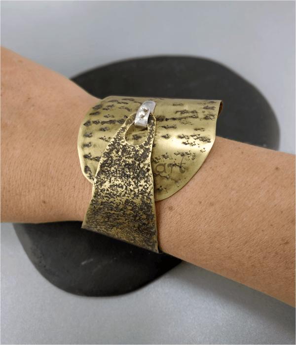 Antigo brazalete de laton, grabado por Elizart